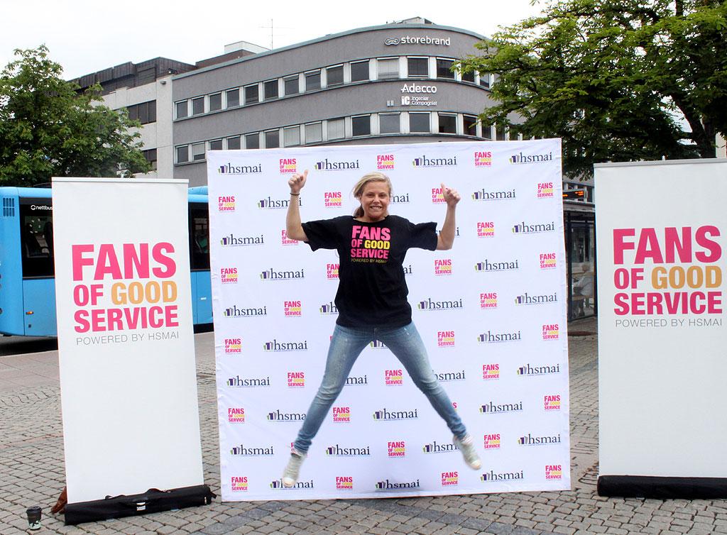 Camilla Skram Arnesen fra turné-crewet gjør et byks på Fans of Good Service-standen på Bragernes torg.