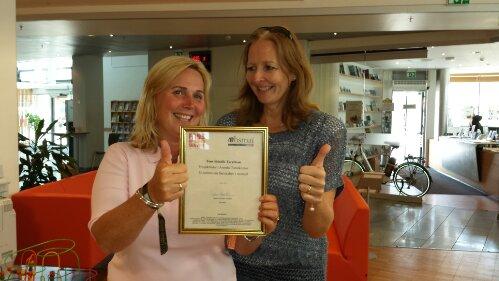 Fra venstre: En overrasket Tone Skindlo Taraldsen her sammen med Hanne Gulbrandsen fra Arendal By AS