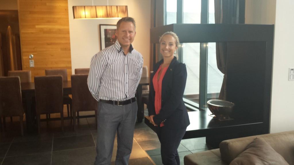 Hotelldirektør Pontus Åkersson og Sales Manager Ingrid W.Tegtmeier. Bildet er tatt på en Suite.