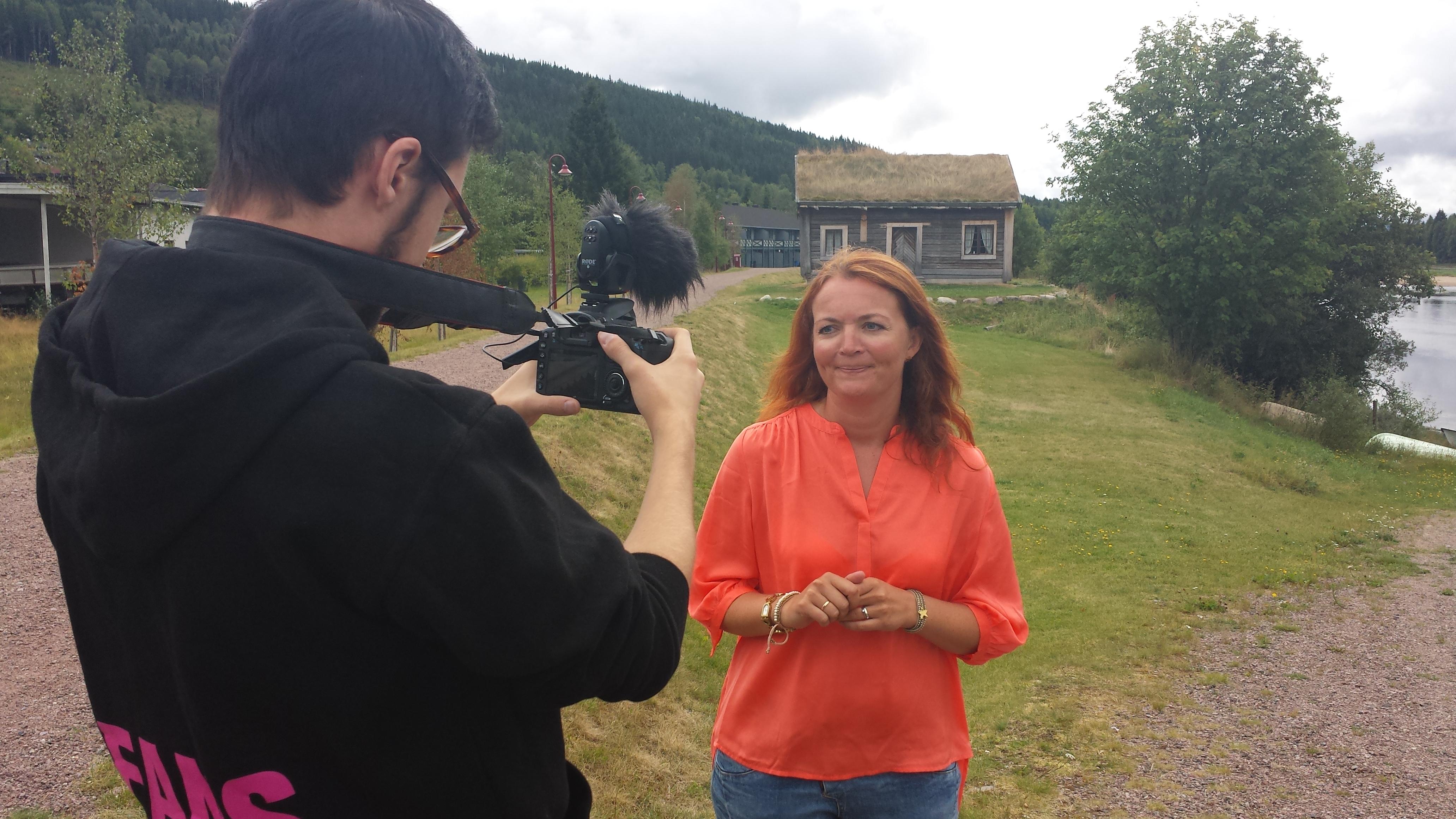 Gudrun Sanaker Lohne blir her intervjuet ved Trysil-elva.